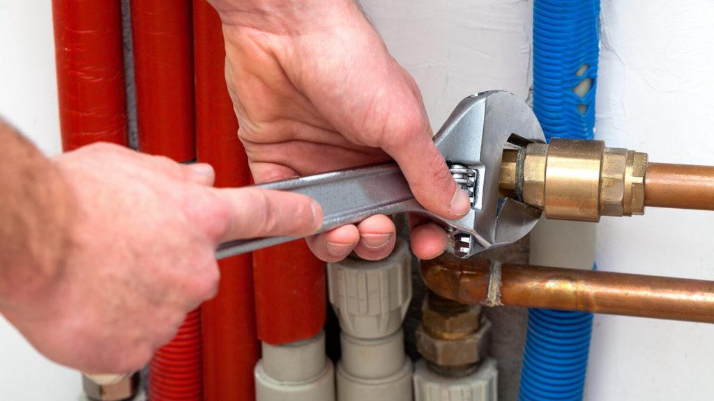 Устранение течи водопроводных труб